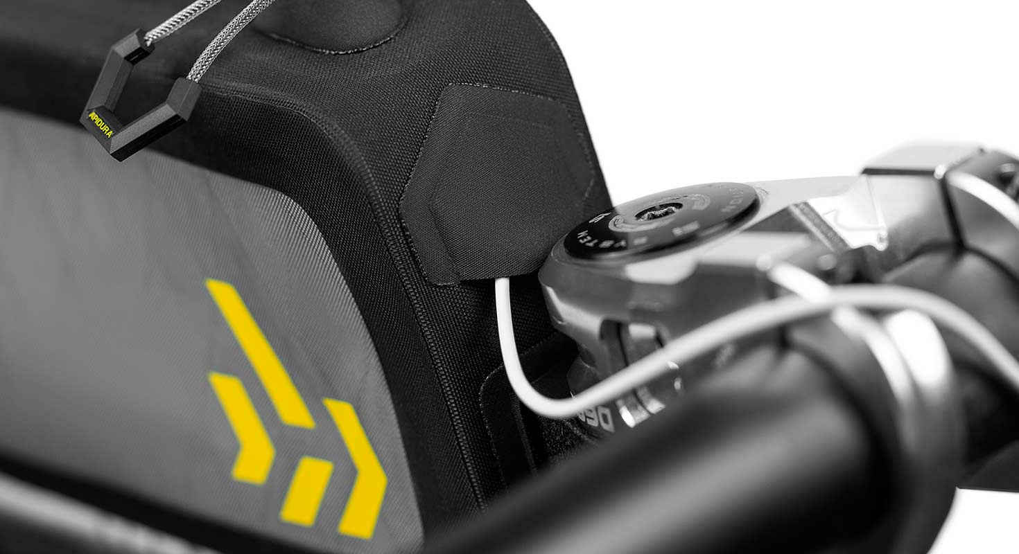 apidura-backcountry-long-top-tube-pack-1-8l-feature-cable-port.jpg